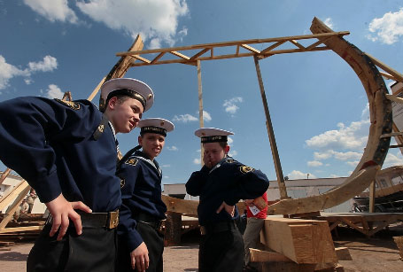 Юные моряки-курсанты на верфи Полтава